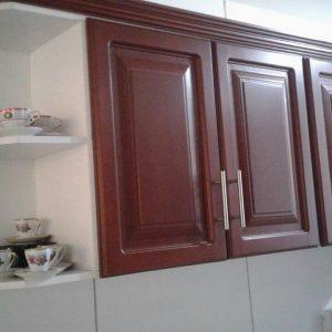 Mueble flotante para cocina integral en madera.