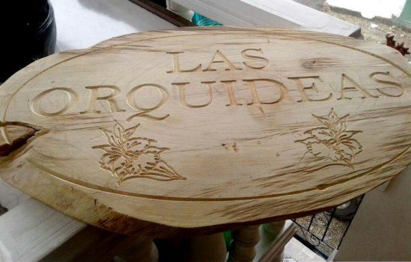 Aviso en madera.